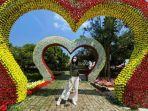 seorang-pengunjung-berpose-di-taman-bunga-di-cikao-park-purwakarta.jpg