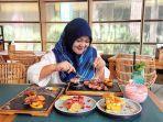 seorang-pengunjung-sedang-menikmati-beragam-menu-makanan-dan-minuman-di-the-alluvia.jpg