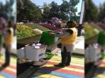 seorang-petugas-dinas-kebersihan-tengah-ambil-sampah_20150720_142045.jpg