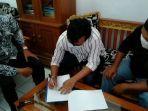 septiana-31-menandatangani-surat-perdamaian-disaksikan-tetangga-yang-digugatnya-yasmin-kanan.jpg