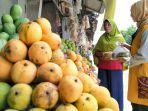 sholehah-51-pedagang-buah-mangga-di-jalur-arteri-pantura-desa-pilangsari.jpg
