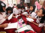 siswa-sd-dayeuhkolot-07-belajar-di-rumah-warga_20161005_201737.jpg