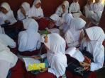 siswa-sdn-lebakwangi-belajar-di-luar-ruang-kelas.jpg