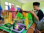 siswa-siswi-mts-12-indramayu-saat-mencoba-robot-pembersih.jpg
