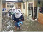 siswa-smk-farmasi-indramayu-saat-dipulangkan-lebih-awal-akibat-banjir.jpg