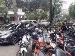 situasi-di-jalan-citarum-yang-sebagian-ruasnya-dipakai-parkir-motor-siswa-sma-20-bandung_20171107_115411.jpg