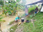 situasi-salah-satu-warga-sedang-memasak-saat-banjir-melanda-warga-di-pangandaran.jpg