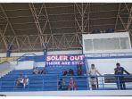 spanduk-bertuliskan-soler-out-terpampang-di-tribun-stadion-arcamanik-pada-rabu-442018_20180404_100006.jpg