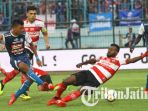 striker-arema-fc-dedik-setiawan-berebut-bola-dengan-gelandang-madura-united_20180917_203752.jpg