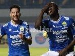 striker-persib-bandung-ezechiel-ndouassel-dan-jonathan-bauman_20180804_132550.jpg
