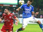 striker-persib-bandung-jonathan-bauman-berduel-udara-dengan-striker-persija-jakarta-marko-simic_20180728_143702.jpg