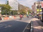 suasana-pertigaan-jalan-sriwijaya-raya-dan-gandawijaya-kota-cimahi-senin-23082021.jpg