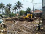 suherli-mengelus-dada-bangunan-baru-miliknya-dihantam-banjir-bandang-kini-rata-dengan-tanah.jpg