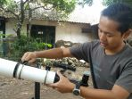 sunardi-ketika-sedang-menggunakan-teropong-handmade-di-samping-rumahnya-untuk-melihat-burung_20180131_161814.jpg