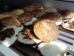 surabi-oncom-dan-polos-menjadi-favorit-pembeli-surabi-tradisional-cihapit_20170822_130743.jpg