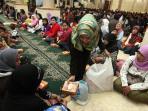 takjil-gratis-di-masjid-raya-bandung-jawa-barat_20160606_211254.jpg