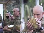 tentara-amerika-makan-durian.jpg