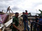 tentara-membantu-korban-gempa-di-bogor_20180124_113242.jpg