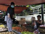 tomi-45-seorang-pedagang-di-pasar-stasiun-timur-kota-sukabumi.jpg