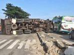 truk-bermuatan-batubara-oleng-muatan-berceceran-di-jalur-pantura-kabupaten-subang.jpg