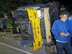 truk-bermuatan-jeruk-terguling-akibat-menghindari-truk-kontainer.jpg