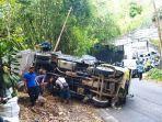 truk-sampah-tergulingg.jpg