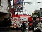 truk-tangki-trailer-tersangkut-kabel-listrik-pln-di-depan-alun-alun-kota-tasikmalaya.jpg