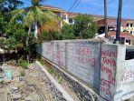 tulisan-vandalisme-di-tembok-pembatas-luar-universitas-wiralodra-indramayu.jpg