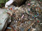 tumpukan-limbah-medis-di-belakang-gudang-penyimpanan-limbah-medis-di-desa-panguragan_20171221_204513.jpg