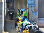 tumpukan-sampah-di-jalan-cihanjuang-cimahi_20160803_140544.jpg