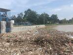 tumpukan-sampah-di-pintu-air-di-desa-bojongsari-kecamatankabupaten-indramayu.jpg
