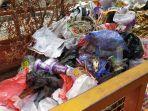 tumpukan-sampah-plastik-di-gerobak-sampah.jpg