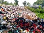 tumpukan-sampah-tersebut-terkadang-menutup-sebagian-jalan_20160406_132818.jpg