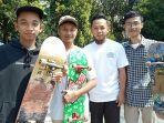 ugi-bersama-teman-temannya-berlatih-skateboard-di-loops-station_20180701_132022.jpg