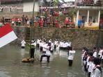 upacara-bendera-dilaksanakan-di-sungai-cileueur-di-lingkungan-janggala.jpg