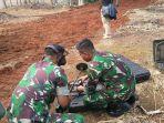 upaya-pengangkatan-senjata-dan-amunisi-yang-tertanam-di-lahan-di-bawah-pohon-bambu_20180406_203005.jpg