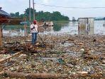 waduk-jatigede-di-kawasan-wado-sumedang-sudah-tak-indah-lagi-kini-jadi-lautan-sampah-b.jpg