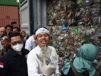 wakil-ketua-komisi-iv-dpr-ri-dedi-mulyadi-menunjukkan-sampah-impor.jpg