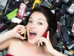 wanita-tengah-menelepon-diatas-tumpukan-ponsel_20151210_154806.jpg