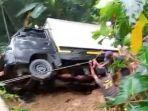 warga-bahu-membahu-menyelamatkan-mobil-boks-yang-terbawa-longsor-di-kabupaten-tasikmalaya.jpg