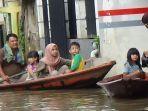 warga-beraktivitas-menaiki-perahu-di-dayeuhkolot-kabupaten-bandung.jpg