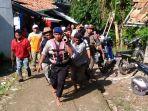 warga-dan-polisi-evakuasi-korban-di-jatiluhur_20170227_123258.jpg