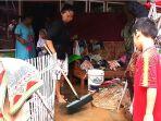 warga-desa-ciandum-kecamatan-cipatujah-kabupaten-tasikmalaya-bersihkan-lumpur_20181108_213540.jpg