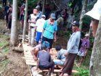 warga-desa-cipedes-kecamatan-ciniru-kuningan-membangun-jembatan.jpg