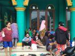 warga-desa-karangtumaritis-indramayu-saat-mengungsi-di-sebuah-masjid.jpg