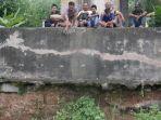 warga-duduk-di-salah-satu-pilar-jembatan-rel-kereta-api-di-kampung-cisuren_20170312_182833.jpg