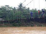 warga-kecamatan-cipatujah-seberangi-sungai-cipatujah-menggunakan-jembatan-gantung_20181108_164433.jpg