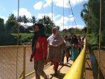 warga-kelurahan-lengkongjaya-kecamatan-karangpawitan-melintasi-jembatan-gantung.jpg