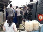warga-kelurahan-singkup-kecamatan-purbaratu-kota-tasikmalaya-antre-pembagian-air_20180731_210605.jpg