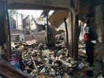warga-lihat-sisa-kebakaran-rumah-di-rt0109-kelurahan-setiamanah-cimahi-selatan_20170727_220203.jpg